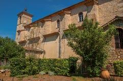 Sikt av sidoväggen och kyrkakyrktorn i morgonsolen i Figanières Royaltyfria Foton