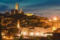 Sikt av Siena med den berömda duomoen på solnedgången tuscany italy Royaltyfria Foton
