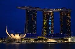 Sikt av Singapore på nattmarinafjärden arkivfoton