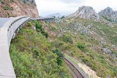 Sikt av Sir Lowreys Pass och den järnväg linjen Royaltyfri Bild