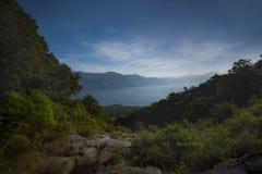 Sikt av sjön Atitlan från Sanen Pedro Volcano i Guatemala Arkivbild