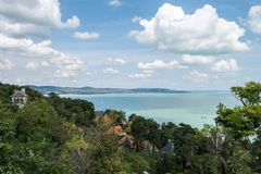 Sikt av sjön Balaton från Tihany på en solig dag arkivfoto