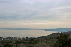 Sikt av sjön Bracciano, Italien arkivbilder