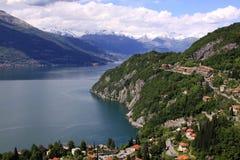 Sikt av sjön Como och fjällängarna från ovannämnt i Varena Arkivfoto