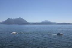 Sikt av sjön Como på en couldless dag royaltyfria bilder