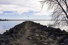 Sikt av sjön från behållande vägg Royaltyfria Bilder
