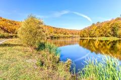 Sikt av sjön i Satanovo, Khmelnitsky region, Ukraina Fragmentet av den nationella naturen parkerar Podolsky Tovtry i höstfärger Royaltyfri Fotografi