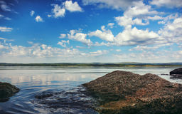 Sikt av sjön i Uralsna royaltyfria bilder