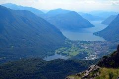 Sikt av sjön Lago och Schweiz från monteringen Grona, Italien Royaltyfri Bild