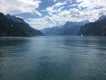 Sikt av sjön Lucerne och fjällängar från Brunnen, Schweiz arkivbild