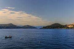 Sikt av sjön Maggiore med bergbakgrund i solig afternoo Royaltyfria Foton