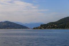 Sikt av sjön Maggiore med bergbakgrund i solig afternoo Royaltyfria Bilder