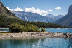 Sikt av sjön Minnewanka i de steniga bergen Royaltyfria Foton