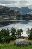 Sikt av sjön nära den Prikestolen hyttaen, Norge Royaltyfria Bilder