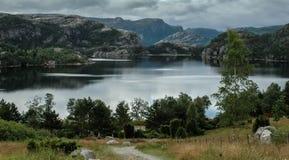 Sikt av sjön nära den Prikestolen hyttaen, Norge Arkivfoton