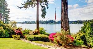 Sikt av sjön och amerikanflugen med vårlandskap. Arkivfoton