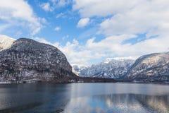 Sikt av sjön och berg av Hallstatt, Österrike Royaltyfri Bild