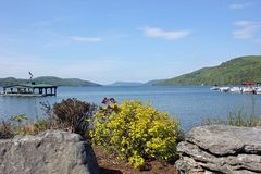 Sikt av sjön Otsego från Cooperstown, New York, USA royaltyfri fotografi