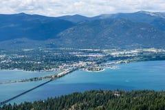 Sikt av sjön Pend Oreille och staden av Sandpoint, Idaho arkivfoton