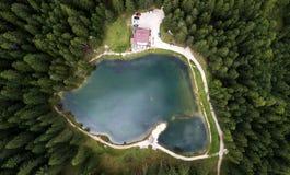 Sikt av sjön Pianozes ` Ampezzo, Dolomites, Italien för Cortina D Arkivfoton