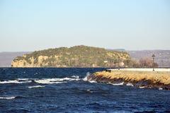 Sikt av sjön av porten för ö` s Royaltyfria Bilder