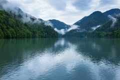 Sikt av sjön Ritsa av Abchazien Arkivfoto