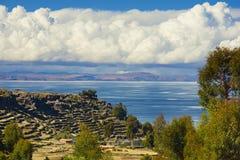 Sikt av sjön Titicaca från den Amantani ön, Puno, Peru Royaltyfria Bilder