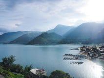 Sikt av sjön Toba Arkivbild