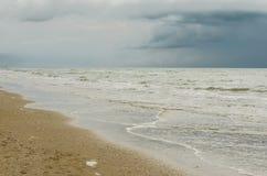 Sikt av sjösidan för storm Arkivbild