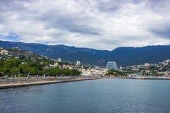 Sikt av sjösidan och staden crimea yalta arkivbild