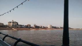 Sikt av sjösidastaden från en pir Royaltyfri Bild