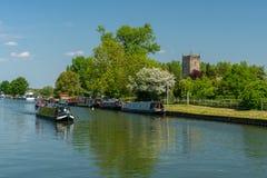 Sikt av skärpan - Gloucester kanal med St Mary oskuldkyrkan i bakgrunden, Frampton på Severn, Gloucestershire fotografering för bildbyråer