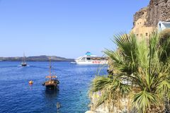 Sikt av skeppet för ETS-turkryssning från port av Fira, Santorini ö, Grekland Royaltyfri Bild