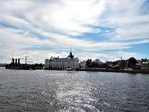 Sikt av skeppet och floden i St Petersburg arkivbild