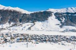 Sikt av skidåkningsemesterorten i fjällängar Livigno Royaltyfri Fotografi