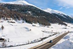Sikt av skidåkningsemesterorten i fjällängar Livigno Royaltyfri Bild