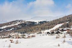 Sikt av skidåkningsemesterorten i fjällängar Livigno Royaltyfria Foton