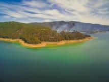Sikt av skogsbrand på kuster arkivfoton