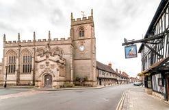 Sikt av skråkapellet av det heliga korset på kapellgatan i Stratford Upon Avon, UK fotografering för bildbyråer