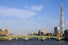 Sikt av skärvan, den Southwark bron, tornbron och floden Royaltyfria Bilder