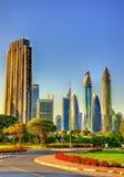 Sikt av skyskrapor i i stadens centrum Dubai - UAE royaltyfria bilder