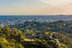 Sikt av slingor i Griffith Park och Hollywood arkivbild