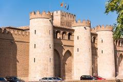 Sikt av slotten Aljaferia som byggs i det 11th århundradet i Zaragoza, Spanien vertikalt Kopiera utrymme för text Arkivfoto