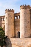 Sikt av slotten Aljaferia som byggs i det 11th århundradet i Zaragoza, Spanien vertikalt Kopiera utrymme för text Arkivbilder
