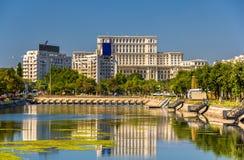 Sikt av slotten av parlamentet i Bucharest fotografering för bildbyråer