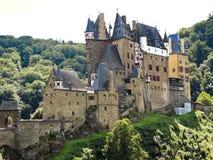Sikt av slotten Eltz ovanför den Mosel floden, Tyskland Royaltyfri Foto