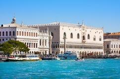 Sikt av slotten och campanilen för doge` s på Piazza di San Marco, Venedig, Italien arkivfoto