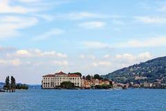 Sikt av slotten på ön av Isola Bella Italy sjön Maggiore royaltyfri foto