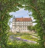Sikt av slotten av pergolan för throu för Tyskland för GÃ-¼strow Arkivbild