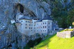 Sikt av slotten Predjama, Slovenien Arkivfoton